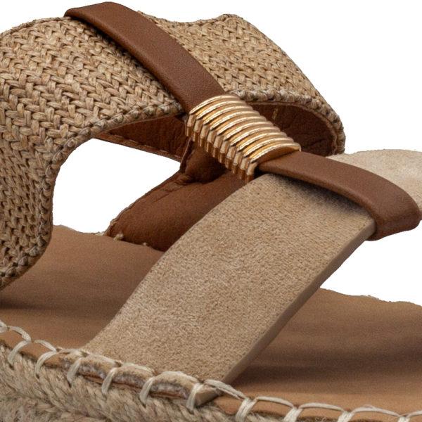 Sandalia de dos tiras combinada con rafia