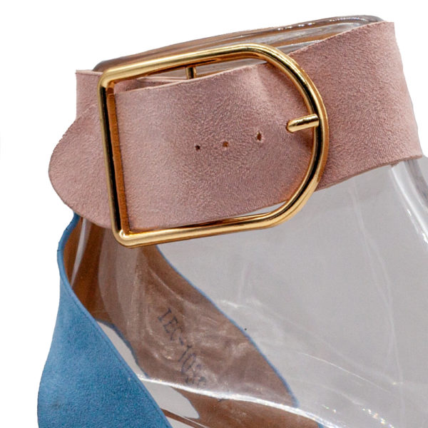 Sandalia mini cuña con hebilla con corte y forro sintético