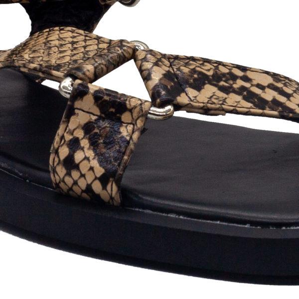 Sandalia plana de tiras de serpiente