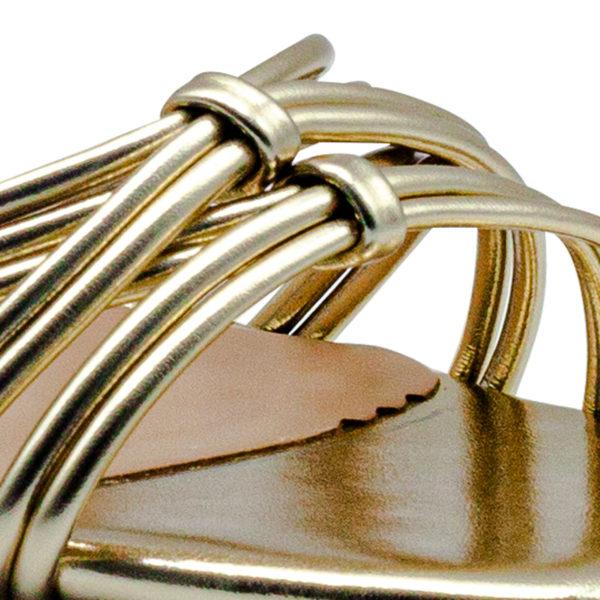 Sandalia tacón alto metalizado nudos con corte y forro sintético