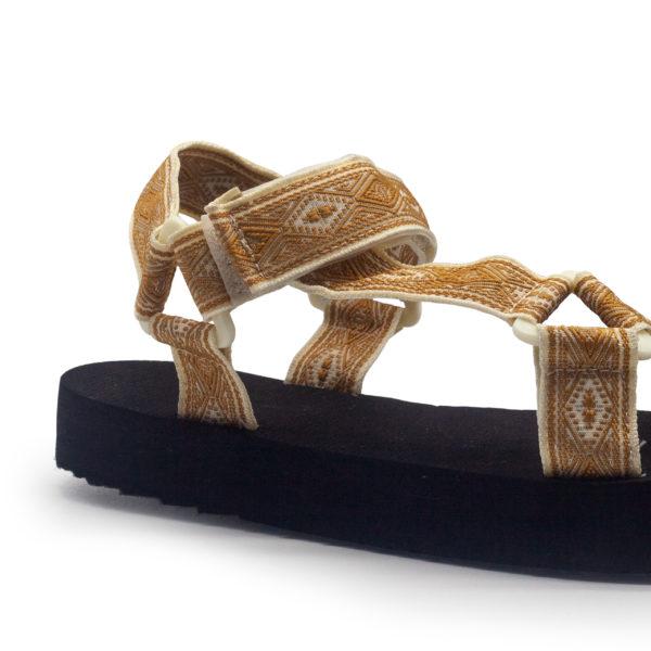 Sandalia de bloque baja con tiras étnicas