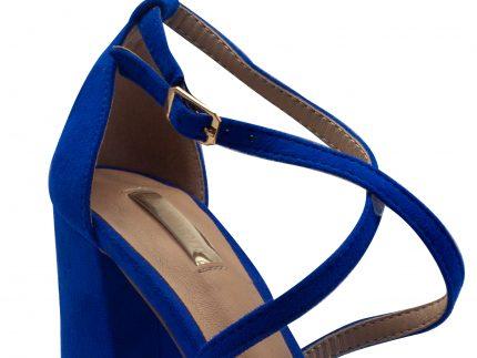 Sandalia de tacón ancho y tiras en antelina