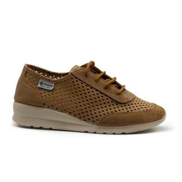 Sneakers atado de antelina perforado con cuñita y plantilla transpirable