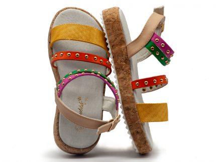 Sandalia con tiras multicolor y tachuelas