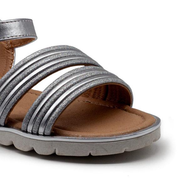 Sandalia de brillo metalizada con hebilla