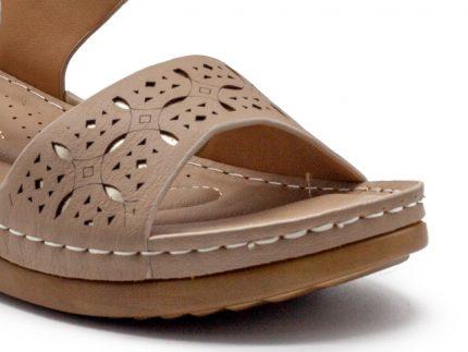 Sandalia de velcro con grabado