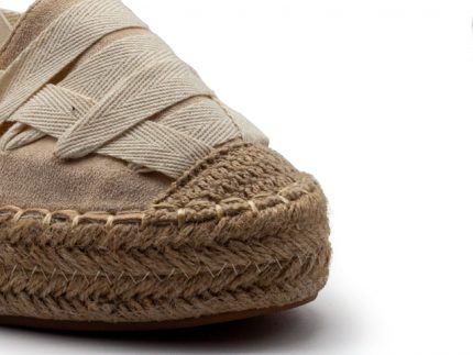 Valenciana con cintas atadas al tobillo