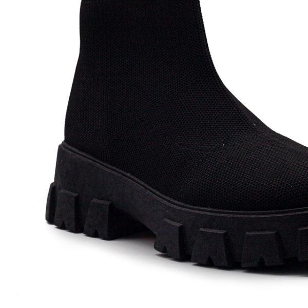 Bota deportiva de calcetín de media caña con suela de goma dentada.