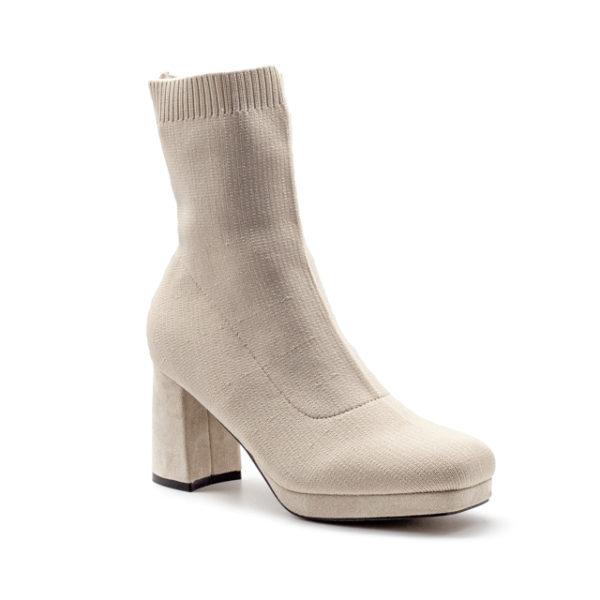 Botín de calcetín con punta recta y tacón forrado de 8cm con plataforma de 2cm.